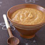 Soupe savoureuse de lentilles corail au lait de coco et curry