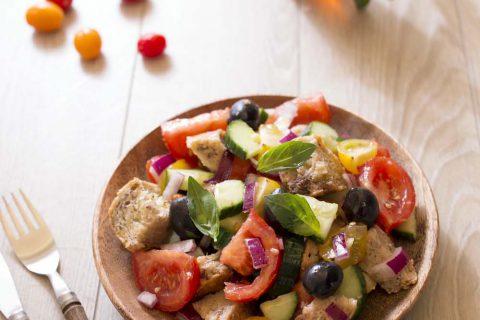 Salade italienne panzanella au pain dur, tomates et basilic