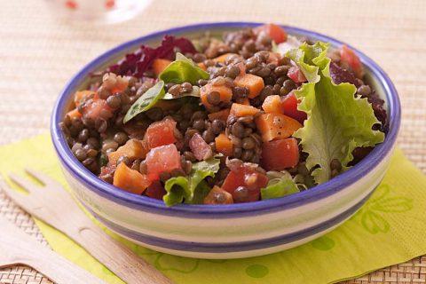 Salade de lentilles aux tomates, carotte et mesclun
