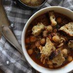 Soupe à la tomate, pois chiches, épinards et pâtes complètes