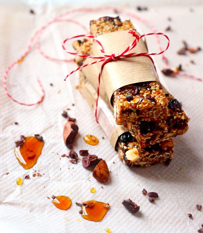 Granola barres au sésame, airelles et chocolat noir