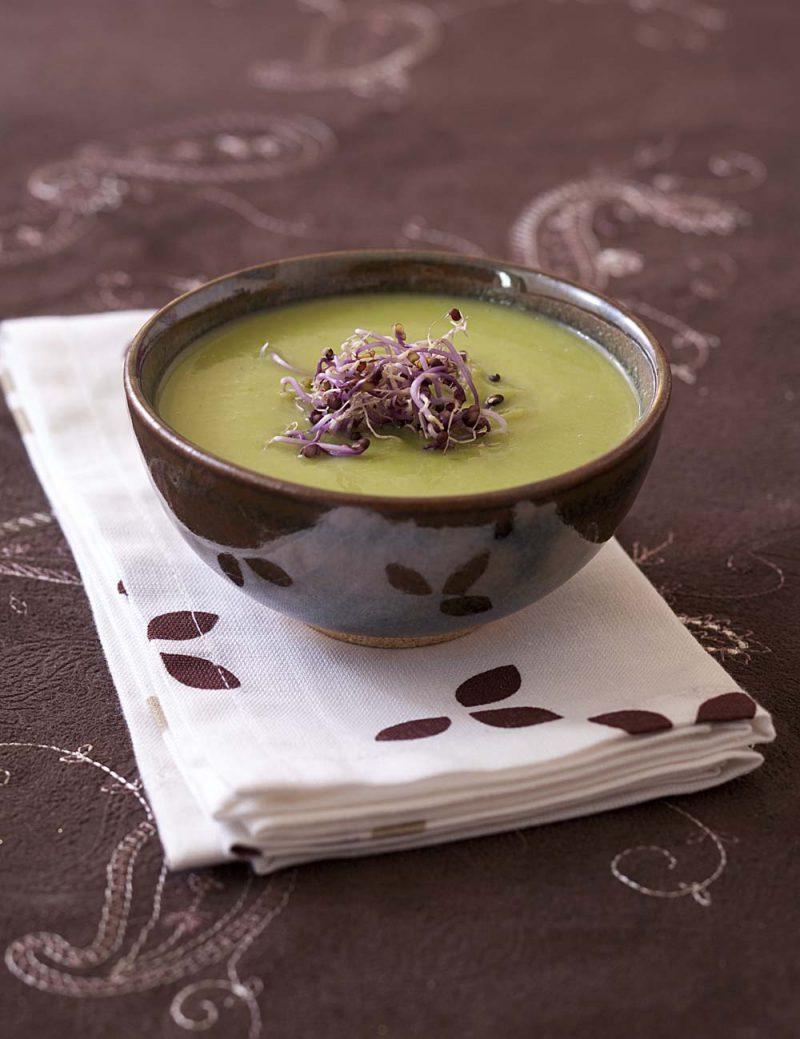 Soupe savoureuse de choux de Bruxelles et petits pois