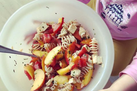 Salade de pâtes nectarines tomates et tofu