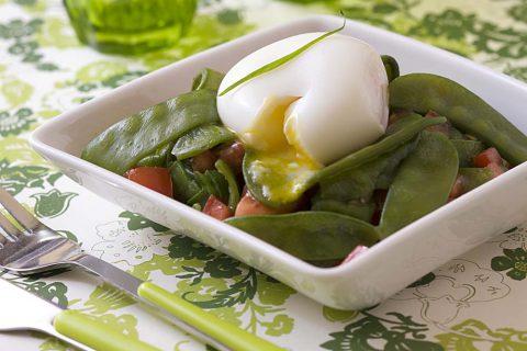 Salade aux pois gourmands, tomates et œuf mollet