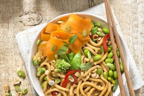 Wok végétarien de nouilles udon